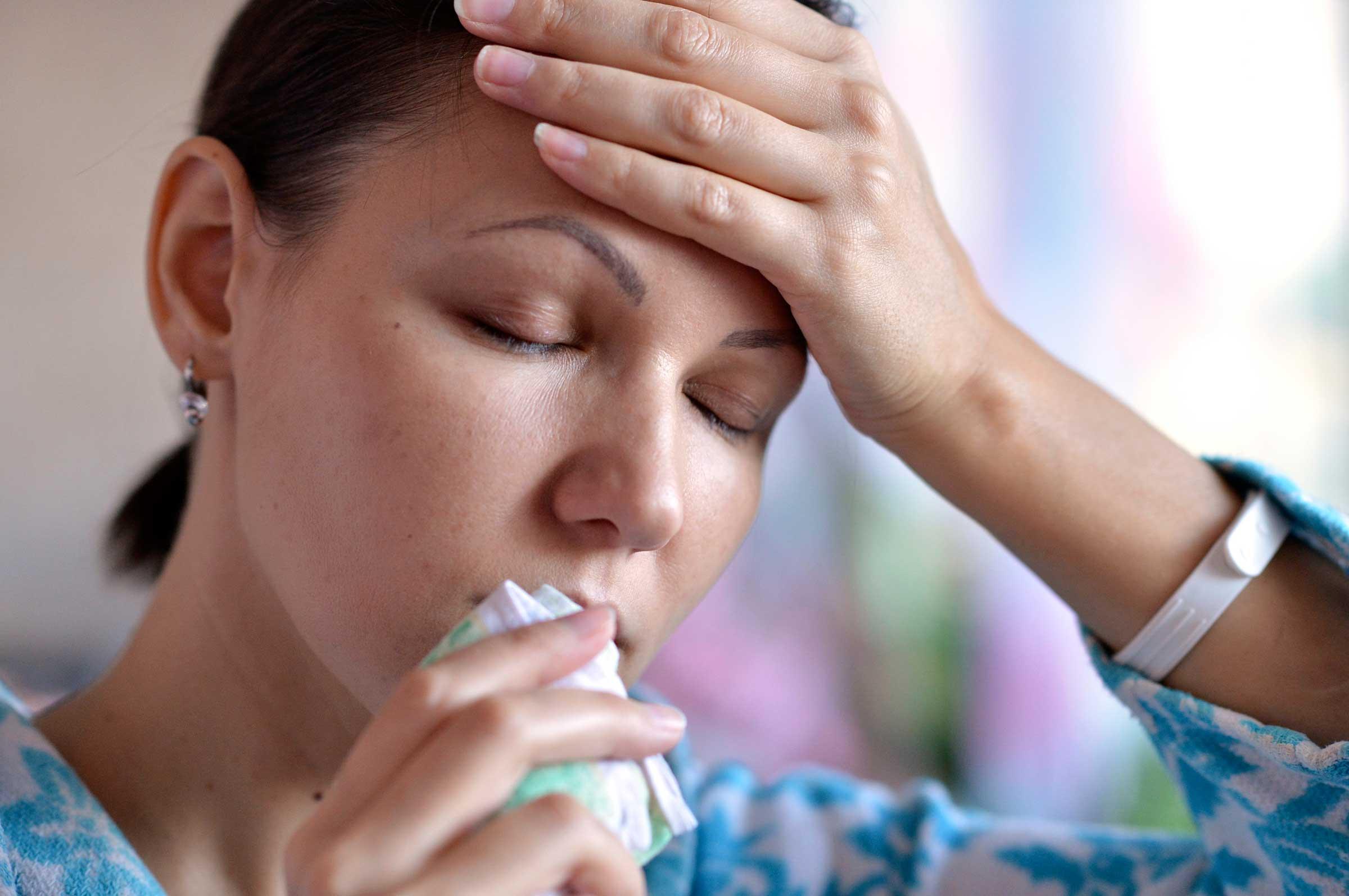 donna con la di gola e tosse dovuto al reflusso notturno