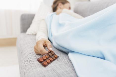 donna che dorme con ìn mano dei farmaci