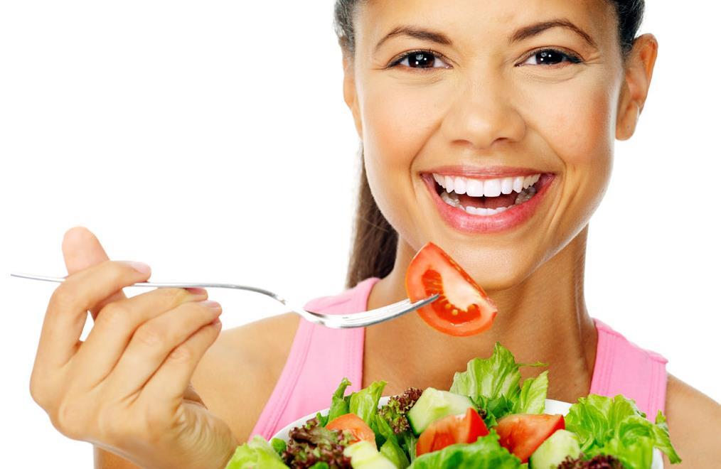 donna che mangia pomodori felice